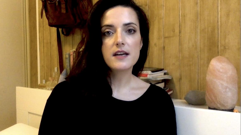 [BIDEOA] Lucia Baskaranek GORPUTZ MADARIKATUAK eleberriaren pasarte bat irakurri digu 📖